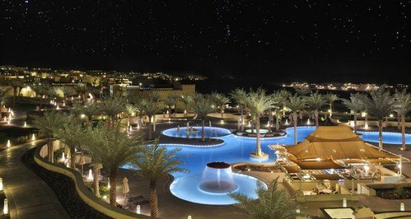 Территория отеля ночью, Фото qasralsarab.anantara.com
