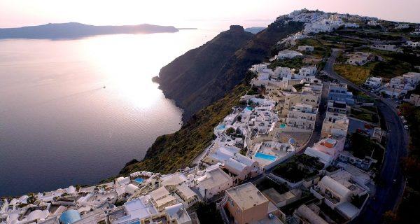 Остров Санторини, съемка с дрона. Фото Drone Arezzo / Vimeo