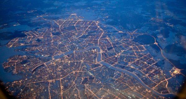 Вид на ночной город из самолета.