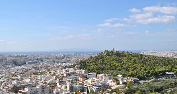 Вид с Акрополя: холм Филопаппу, Пирей и море вдали