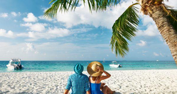 Пара отдыхает на берегу тропического пляжа на Мальдивах
