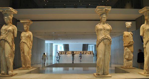 Коры с портика Эрехтейона. Не хватает только одной, которая находится в Британском музее в Лондоне.