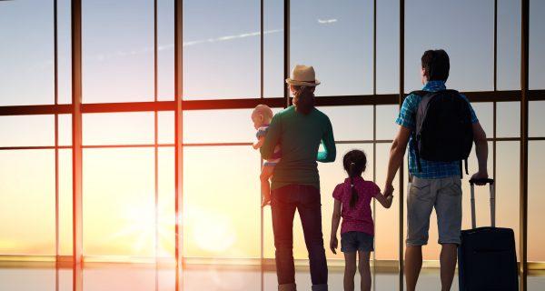 Семья готовится к вылету в аэропорту