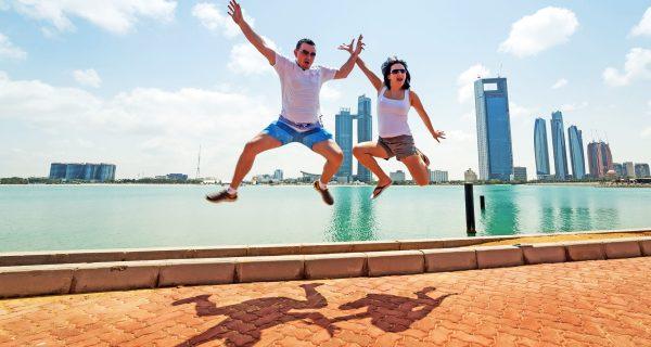 Молодая пара отдыхает в Абу-Даби, ОАЭ