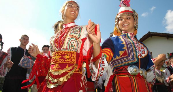 Национальные наряды и танцы Болгарии, Фото travelexhibition.ru