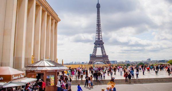 Туристы у Эйфелевой башни, Фото pixabay.com