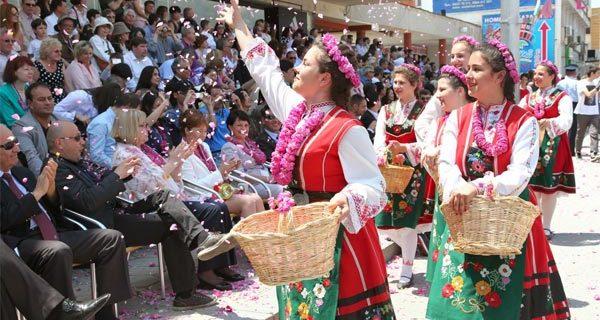 Участники праздничного шествия в Казанлыке