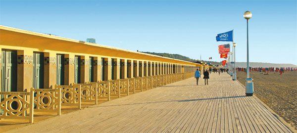 Кабинки кинозвезд на пляже в Довиле
