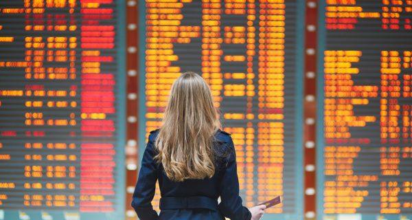 Девушка изучает расписание рейсов в аэропорту, Фото onetwotrip.com