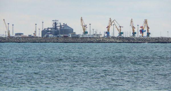 Морской порт на берегу Каспийского моря в Актау