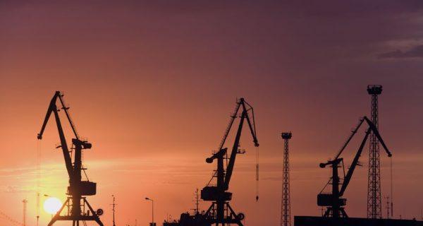 Строительные краны на закате в Атырау