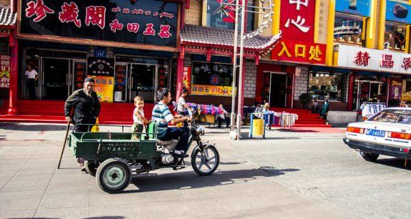 Центральная улица в Урумчи в летний день