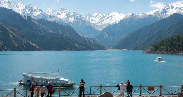 Вид на небесное озеро в горах Тянь-Шань в Урумчи