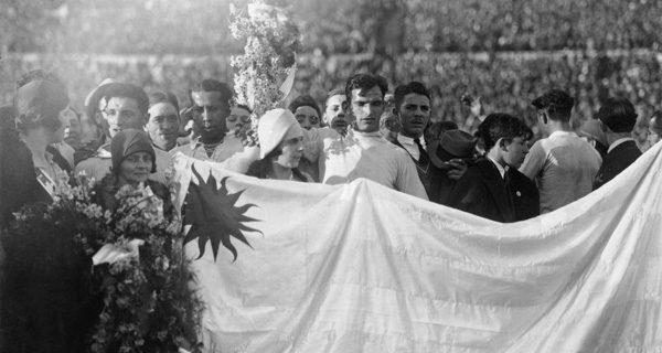 Сборная Уругвая после победы на чемпионате в 1930 году. Фото icdn.lenta.ru