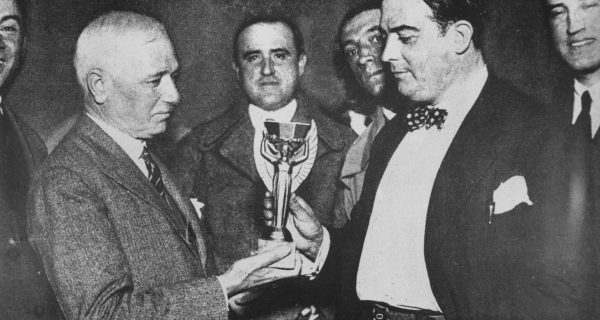 Жюль Риме передает Кубок мира 1930 г. президенту Уругвая. Фото: GettyImages