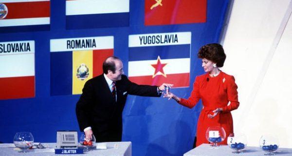 Софья Лорен помогает Сеппу Блаттеру вничью в декабре 1989 года. Фото: GettyImages